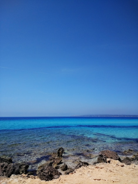Foto vertical da superfície da água da praia em fuerteventura, espanha Foto gratuita