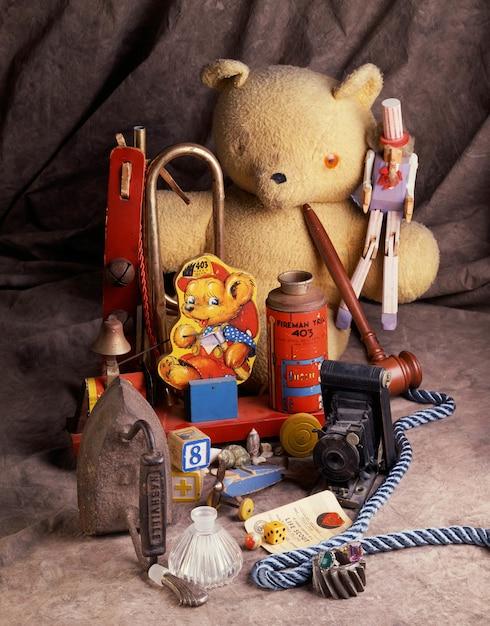 Foto vertical de brinquedos infantis próximos uns dos outros Foto gratuita