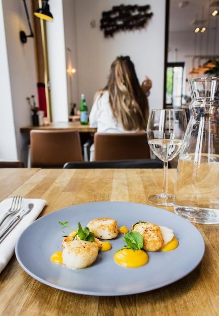 Foto vertical de frango e camarão com molho especial num prato redondo azul Foto gratuita