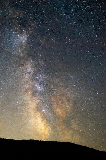 Foto vertical de um céu estrelado de tirar o fôlego à noite - perfeito para papéis de parede e fundos Foto gratuita