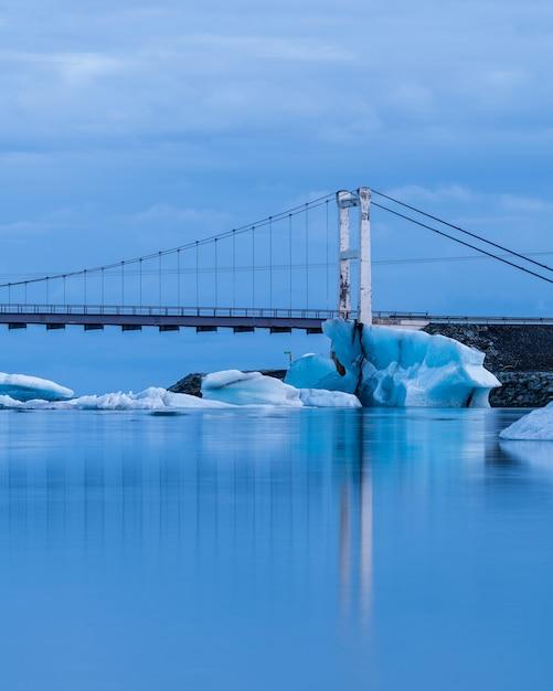 Foto vertical de uma ponte na lagoa da geleira jokulsarlon, na islândia Foto gratuita