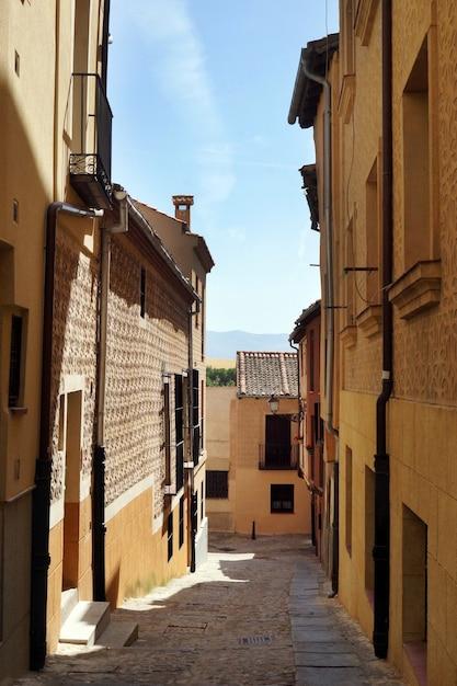 Foto vertical de uma rua estreita em segóvia, espanha Foto gratuita