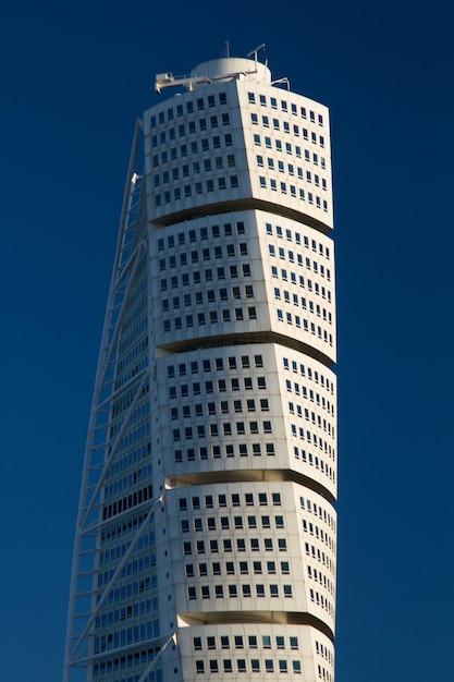 Foto vertical do arranha-céu ankarparken com um céu azul Foto gratuita