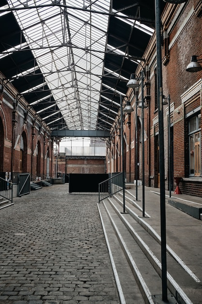 Foto vertical do interior de um edifício com portas em arco em roubaix, frança Foto gratuita