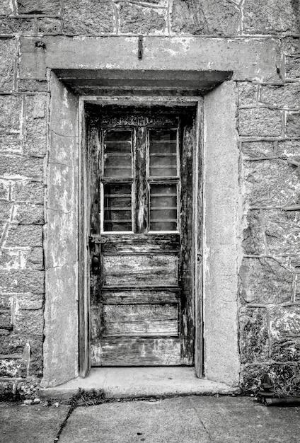 Foto vertical em tons de cinza de uma porta na penitenciária estadual do leste na filadélfia, pensilvânia Foto gratuita