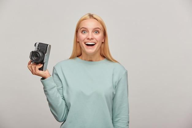 Fotógrafa incrivelmente agradavelmente surpresa que na frente dela, que vista ela encontrou Foto gratuita