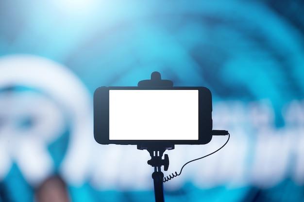 Fotografar com smartphone em concerto Foto Premium