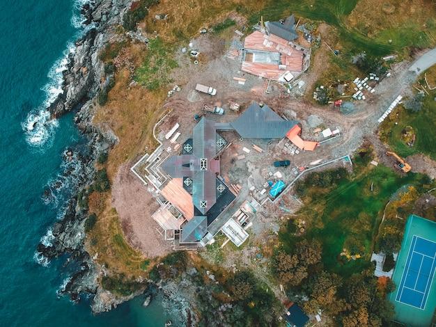 Fotografia aérea de casas e edifícios perto do corpo de água durante o dia Foto gratuita