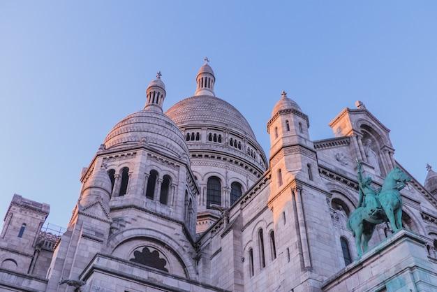 Fotografia de baixo ângulo de um edifício com cúpula cinza Foto gratuita