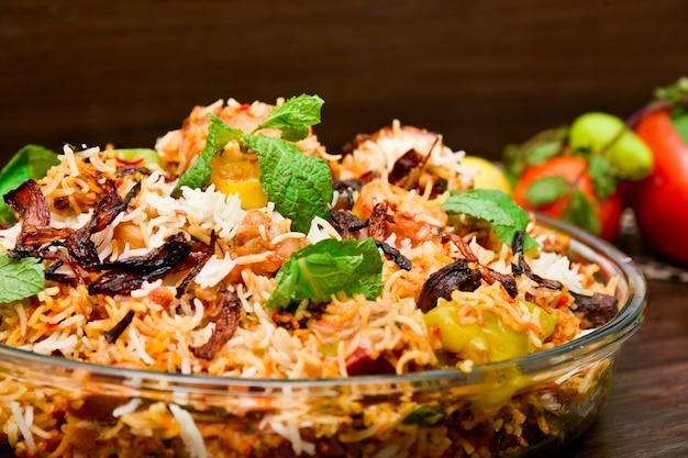 Fotografia de comida de frango picante biryani Foto Premium