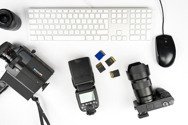 Fotografia de estúdio com computadores, câmeras, flashes e lentes múltiplas Foto Premium