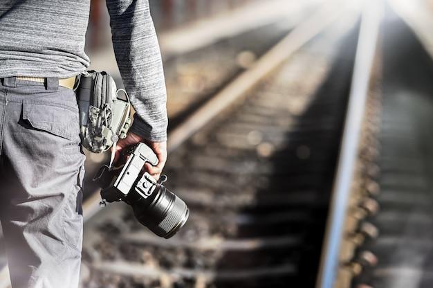 Fotografia do close up que realiza sobre a câmera profissional com espaço da cópia no estação de caminhos-de-ferro. Foto Premium
