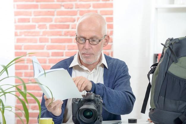 Fotógrafo com a câmera e aviso Foto Premium