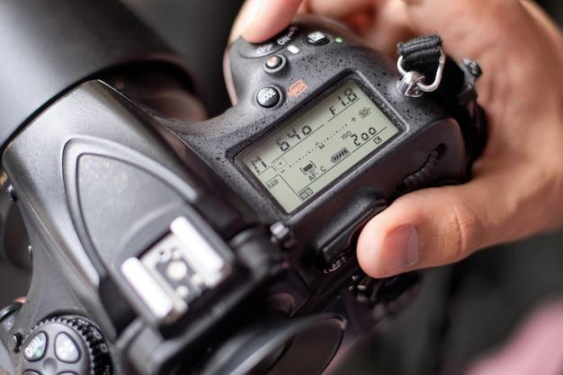 Fotógrafo configurando a câmera para fotografar Foto Premium