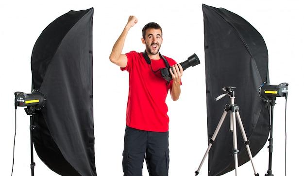 Fotógrafo da sorte no seu estúdio Foto Premium