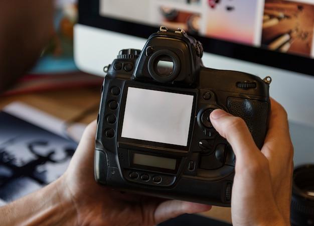 Fotógrafo de fotografia de câmera trabalhando o conceito de verificação Foto gratuita
