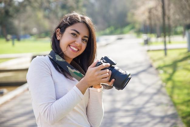 Fotógrafo de sucesso positivo, desfrutando de sessão de fotos Foto gratuita