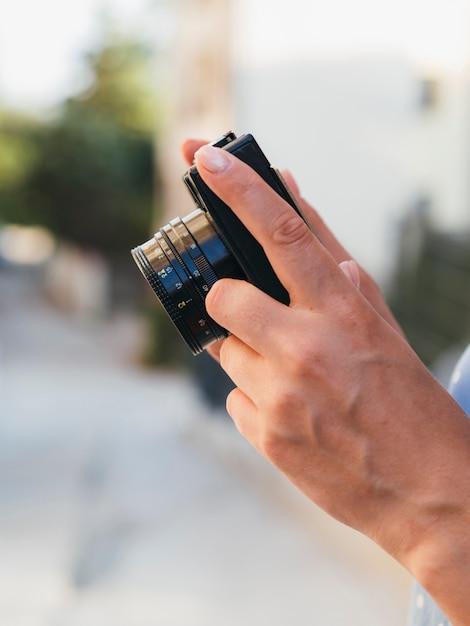 Fotógrafo de vista frontal com câmera Foto gratuita