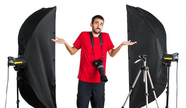 Fotógrafo em seu estúdio com dúvidas Foto Premium
