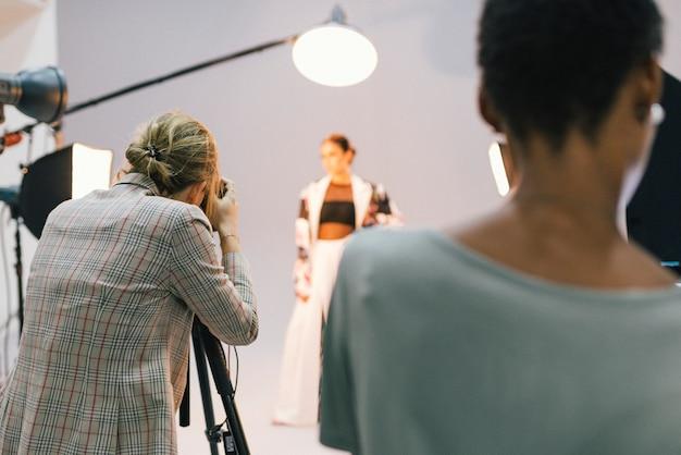Fotógrafo em uma sessão com um modelo Foto Premium
