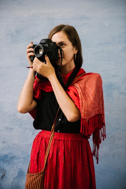 Fotógrafo feminino ocidental, explorando uma cidade de udaipur, índia Foto gratuita