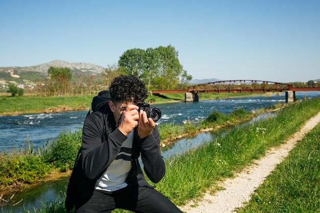 Fotógrafo, levando, viagem, natureza, fotografia Foto gratuita