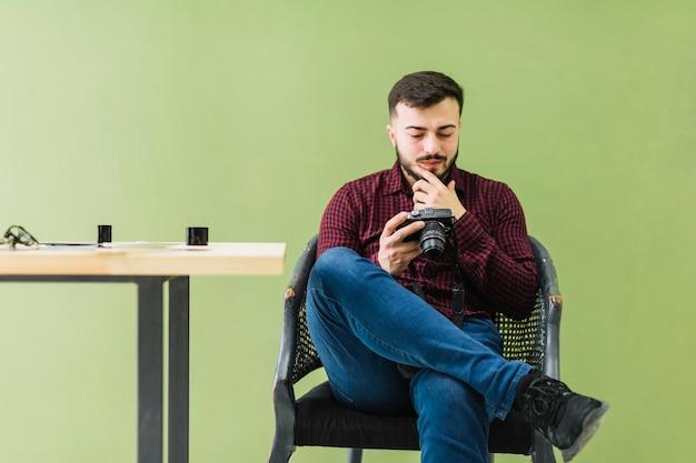 Fotógrafo, olhando câmera Foto gratuita
