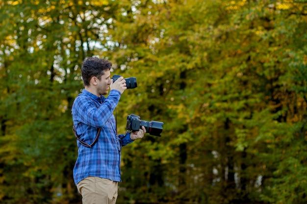 Fotógrafo profissional em ação com duas câmeras nas alças Foto Premium