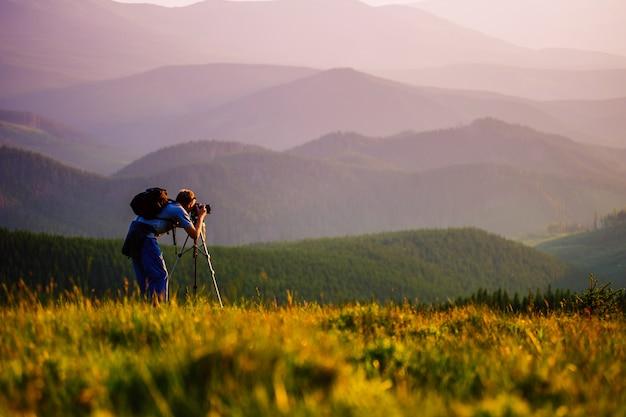 Fotógrafo profissional nas montanhas. Foto Premium