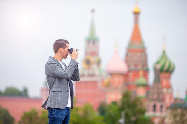 Fotógrafo profissional tirando uma foto da cidade Foto Premium