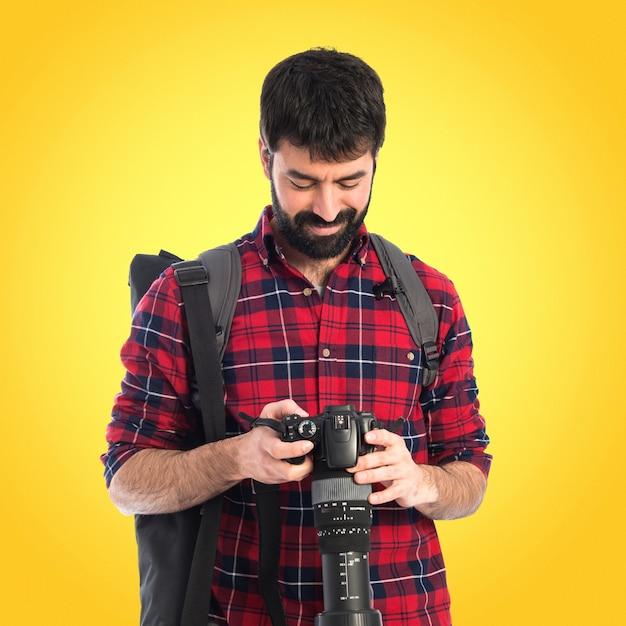 Fotógrafo sobre fundo branco em fundo colorido Foto Premium