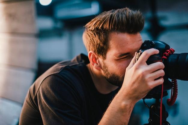 Fotógrafo tirando uma foto com um dslr Foto Premium