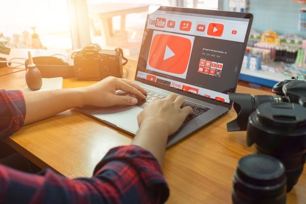 Fotógrafos da tailândia usam o youtube para aprender a filmar e filmar seus vídeos. Foto Premium