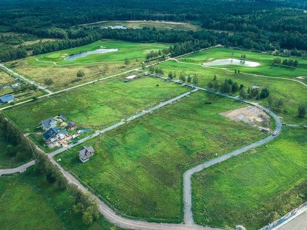 Fotos aéreas do clube de golfe, gramados verdes, florestas, cortadores de grama Foto Premium