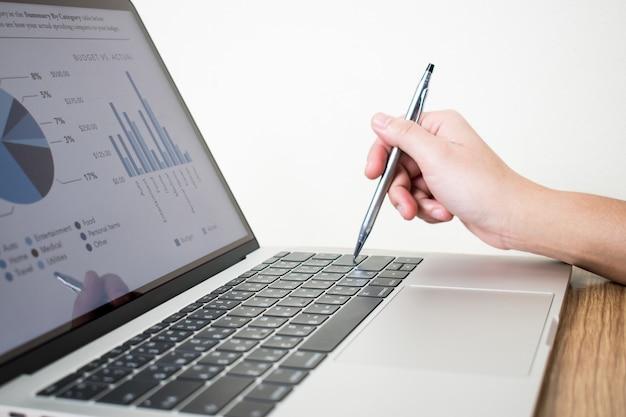Fotos de close-up de empresários analisando dados de gráfico financeiro em laptops Foto Premium