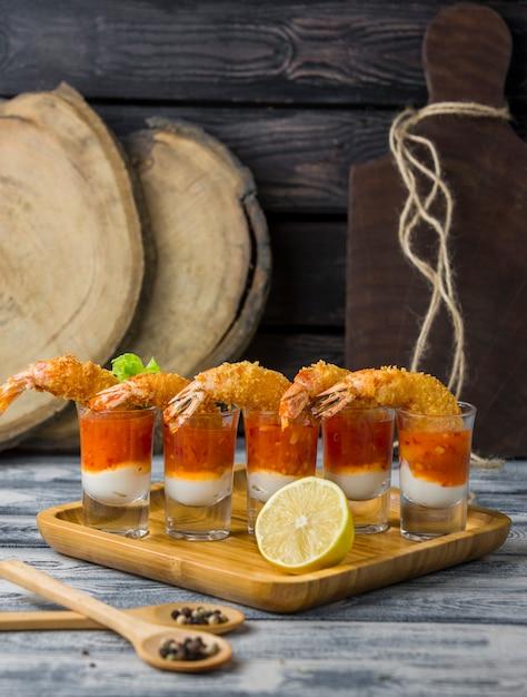 Fotos de coquetel de camarão frito recheadas com maionese e molho de pimenta doce Foto gratuita