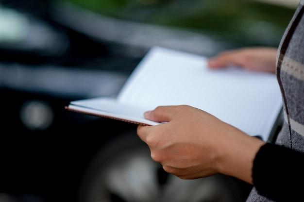 Fotos de mão e livros conceito de educação Foto Premium