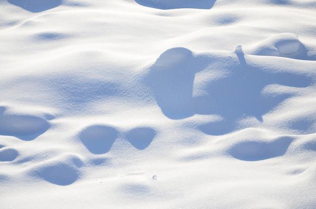 Fragmento da estrada, coberto com uma espessa camada de neve. a textura da cobertura de neve reluzente Foto Premium