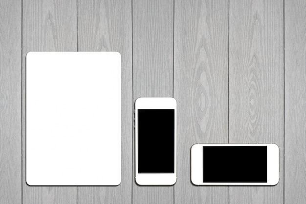Fragmento de conjunto de papelaria em branco. modelo de identificação em fundo de madeira clara. para apresentações de design e carteiras. Foto gratuita