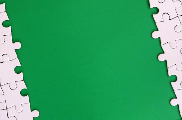 Fragmento de um quebra-cabeça branca dobrada no fundo Foto Premium