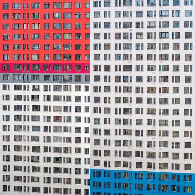 Fragmento de uma parede com janelas de um prédio de apartamentos de vários andares. Foto Premium