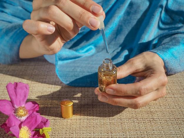 Fragrâncias árabes oud attar ou óleo de agarwood em frasco de cristal. Foto Premium