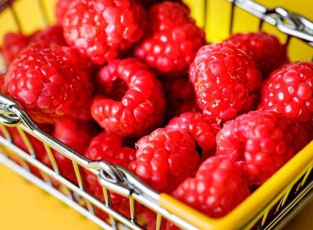 Framboesas frescas em uma mini cesta Foto gratuita