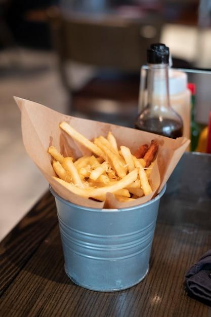 Francês frito na cesta Foto gratuita