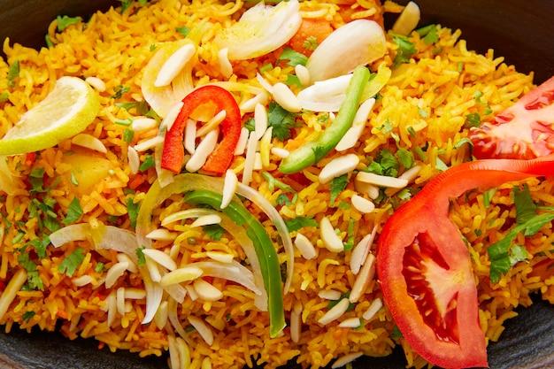 Frango biryani receita indiana closeup macro Foto Premium