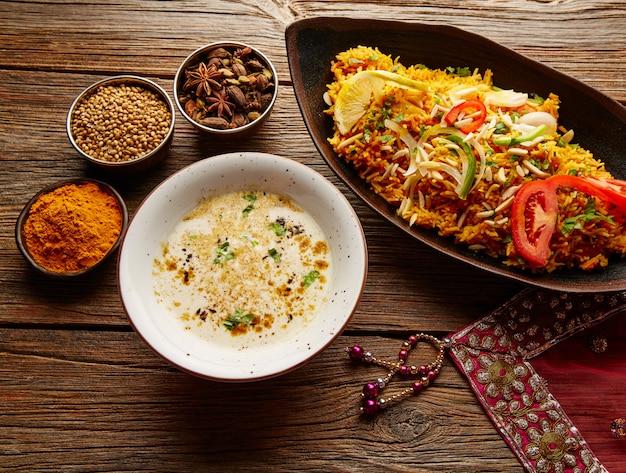 Frango biryani receita indiana com sopa branca Foto Premium