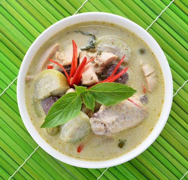 Frango curry verde, cozinha tailandesa Foto Premium