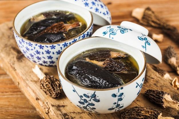 Frango estufado com cozinha chinesa morel Foto Premium