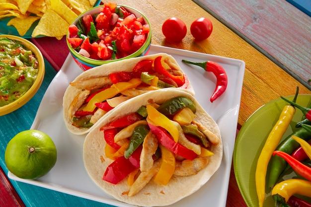 Frango fajitas tacos comida mexicana guacamole chili Foto Premium