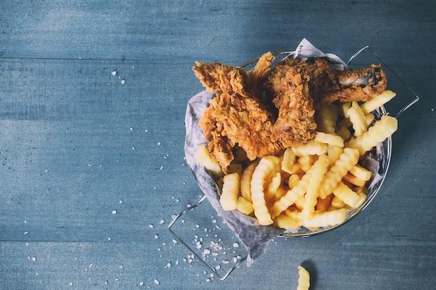 Frango frito com batatas fritas Foto Premium